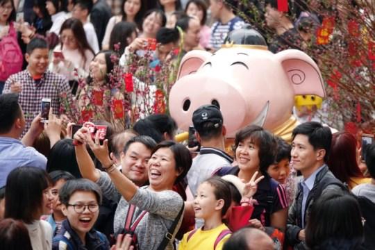 Chineses tiram selfie durante celebrações do Ano Novo Chinês em Guangzhou (Foto: Reuters)