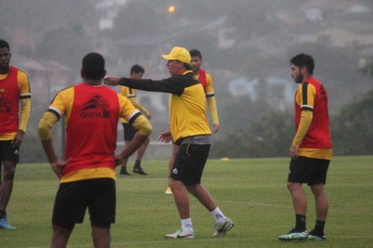 Paulo Baier comanda equipe durante treino no CT Antenor Angeloni (Foto: Celso da Luz / Criciúma E. C. / ND)