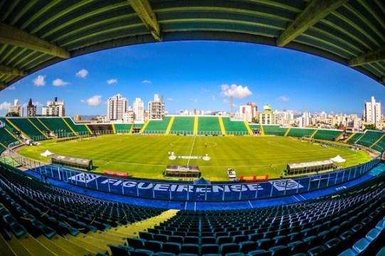 Figueirense e Oeste se enfrentam no Orlando Scarpelli (Foto: Eduardo Valente / iShoot / Futura Press)
