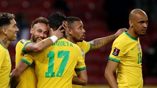 Neymar comemora o seu gol, o segundo do Brasil contra o Equador (Foto: Diego Vara / Reuters)