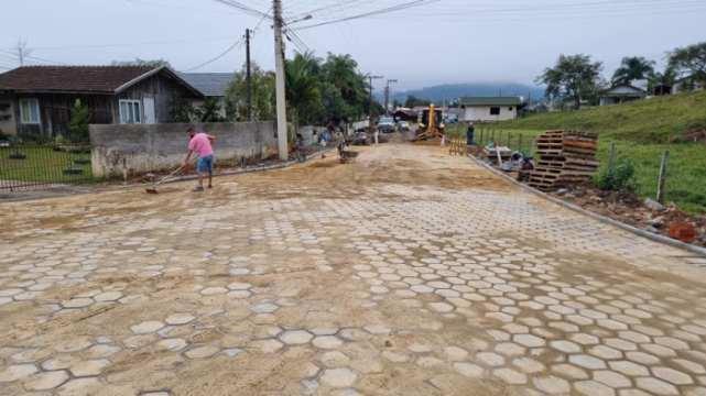 Rua João Carvalho está sendo pavimentada, em Taió