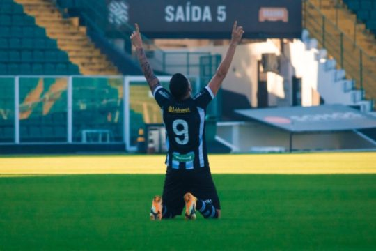Bruno Paraíba comemora o gol que deu a primeira vitória ao Figueirense na Série C (Foto: Patrick Floriani / FFC)