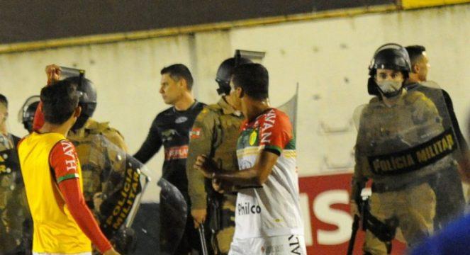 Final de Brusque 0x1 Avaí teve confusão e entrada da Polícia Militar no campo (Foto: Marcio Costódio / O Município)