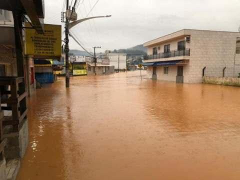 Chuva forte e constante provoca alagamentos em cidades de SC
