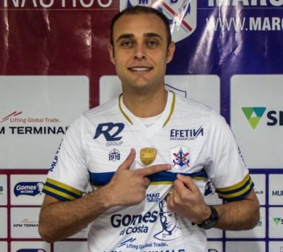 Goleiro Renan é apresentado pelo Marcílio Dias (Foto: Bruno Golembiewski / CNMD)