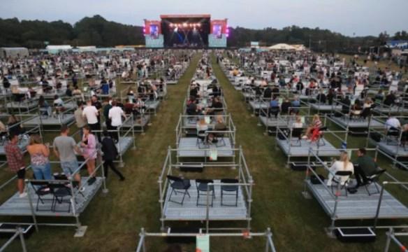 Primeiro show com distanciamento social do mundo foi realizado no Reino Unido, em agosto de 2020 (Foto: The Sun / Reprodução)