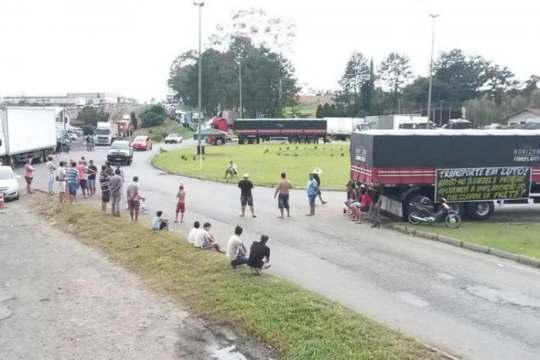 Protesto em Pouso Redondo causou congestionamento entre os veículos de carga em 2015 (Foto: Patrick Rodrigues / Agencia RBS)