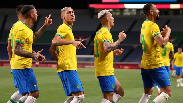 A festa de Matheus Cunha e companhia após o gol do Brasil contra o Egito no futebol, Olimpíadas de Tóquio 2020 (Foto: Molly Darlington / Reuters)