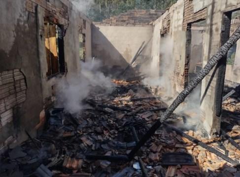 Incêndio destrói casa no interior de Ituporanga