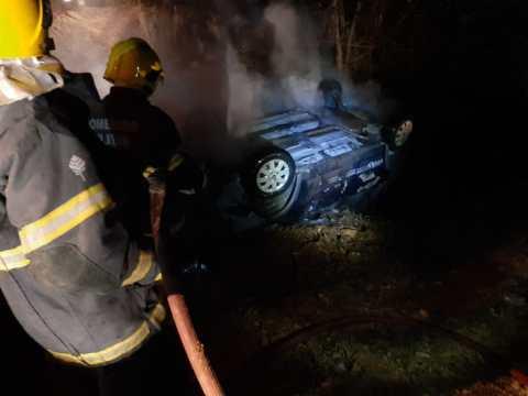Veículo sai da pista, capota e pega fogo na SC-114, em Taió