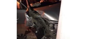 Duas pessoas fogem e uma fica ferida após veículo colidir em poste, em Ituporanga