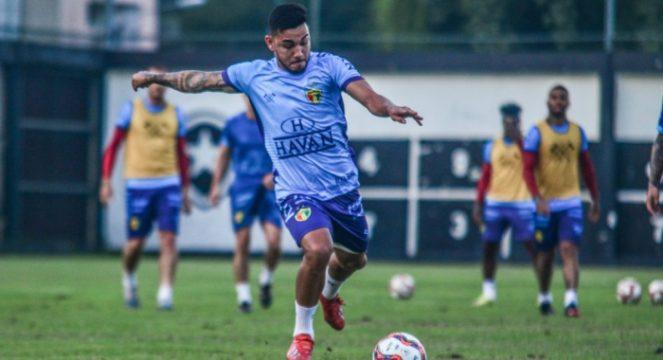 Alex Ruan no rachão antes do jogo contra o Vasco (Foto: Lucas Gabriel Cardoso / Brusque FC)
