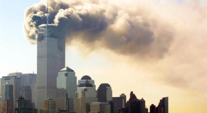 A Torre Norte do WTC queimou durante quase 2 horas antes de desabar (Foto: Hubert Michael Boesl / EFE / EPA / DPA - 11.9.2001)