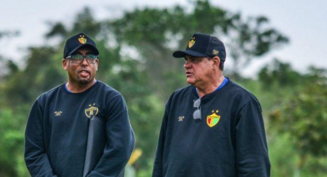 Waguinho (dir.) conversa com o auxiliar-técnico Teco (Foto: Jefferson Alves / Brusque FC)