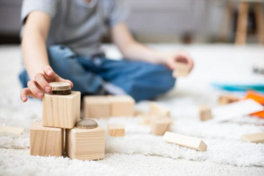 Brincadeiras devem ser pensadas em conjunto com as crianças (Foto: Freepik)