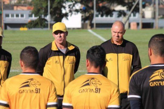 Auxiliar técnico do Criciúma, Luciano Almeida (E) comanda o time nesta quarta-feira (15) já que o técnico Paulo Baier cumpre suspensão (Foto: Celso da Luz / Criciúma EC)