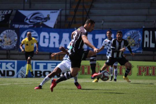 Roberto marcou duas vezes e garantiu a vitória para o Figueirense (Foto: Patrick Floriani / Figueirense)