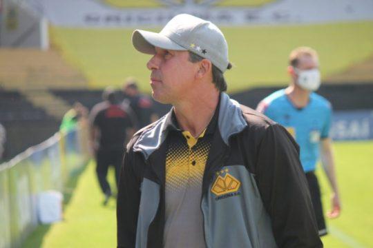 Técnico Paulo Baier exaltou os três pontos e o momento da equipe na Série C (Foto: Celso da Luz / Criciúma EC)
