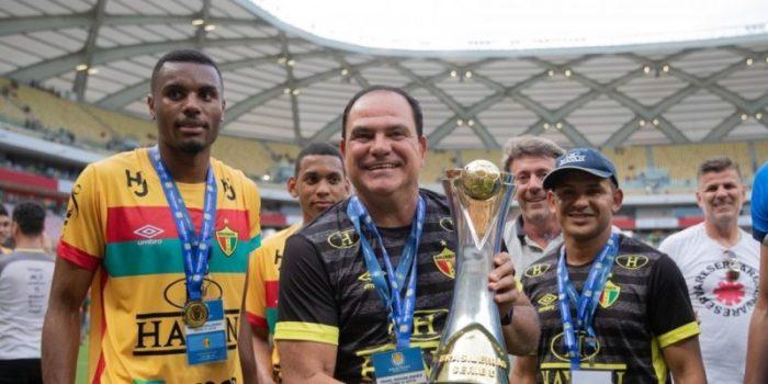 Waguinho Dias levantando o troféu de campeão da Série D (Foto: Thais Magalhães / CBF)