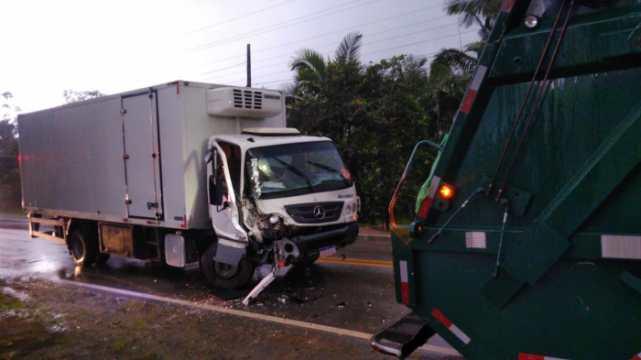 Caminhão da coleta de lixo se envolve em acidente em José Boiteux