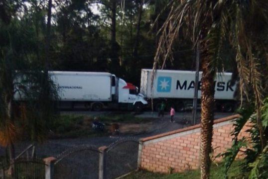 Colisão entre carretas é registrada na BR-470, em Pouso Redondo