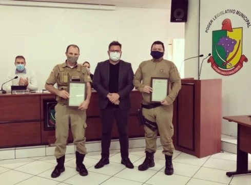 Policiais militares que salvaram vítima de incêndio em Rio do Sul são homenageados