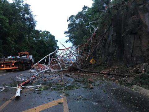 Ventania derruba torre de emissora de rádio em SC