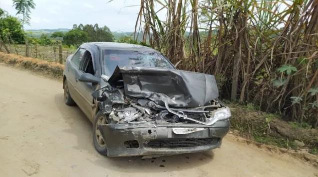Carro e caminhão colidem no interior de Dona Emma