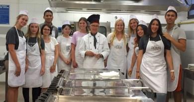 Gli studenti internazionali con Tito lo chef Sestu