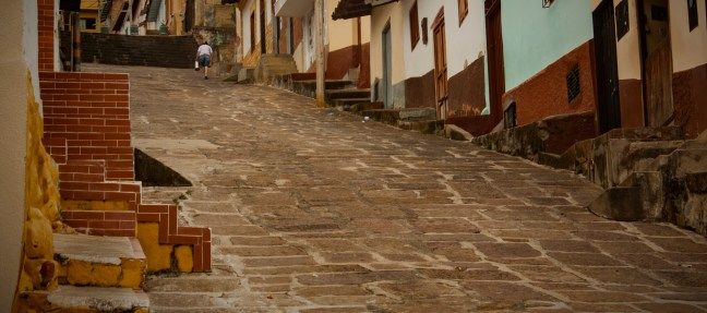 Las escaleras de los mosaicos rojos San Gil. Santander, Colombia