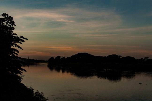 Ocaso sobre el río Río Magdalena, Magdalena, Colombia