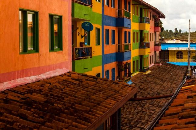 El callejón Guatapé, Antioquia, Colombia