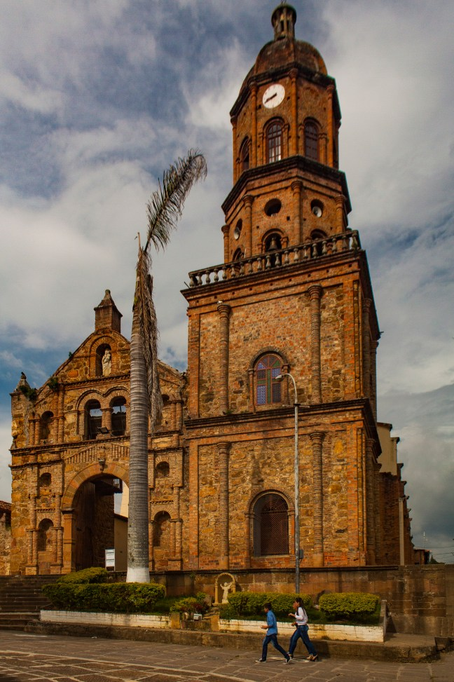 Frente a la iglesia Curiquí, Santander, Colombia