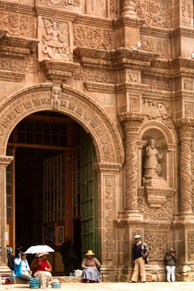 El portón de entrada Basílica Catedral de Puno, Puno, Perú