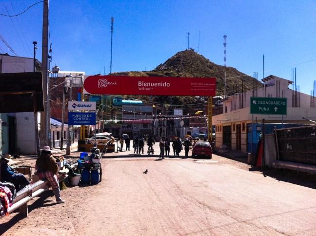 La entrada a Perú Desaguadero, Frontera Bolivia-Perú