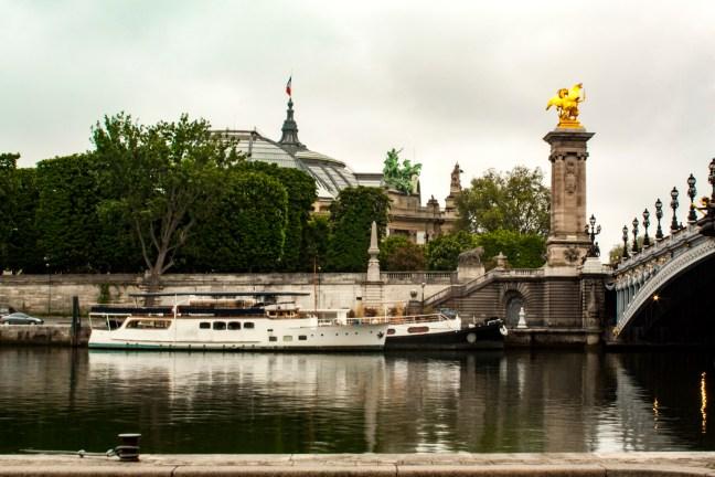 Puente sobre el río Paris, Francia