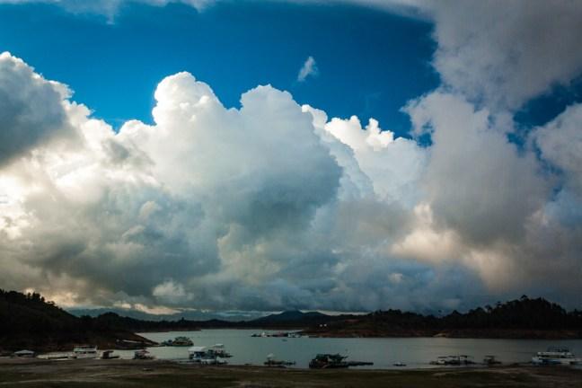 Una vista hacia el lago Guatapé, Antioquia, Colombia