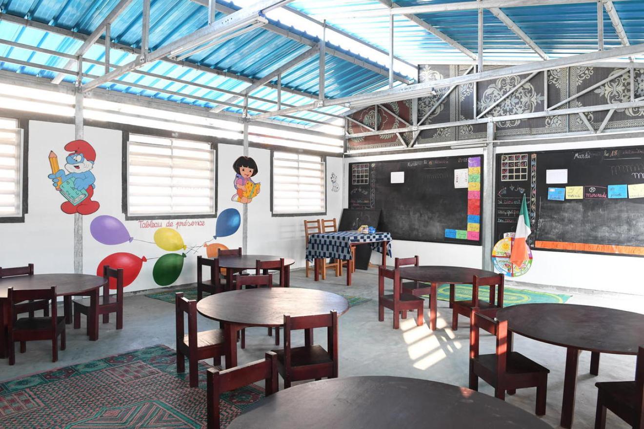 Şcoală construită din cărămizi de plastic făcute din resturile de la groapa de gunoi, în Coasta de Fildeş. Costă 14.500 de dolari o clasă