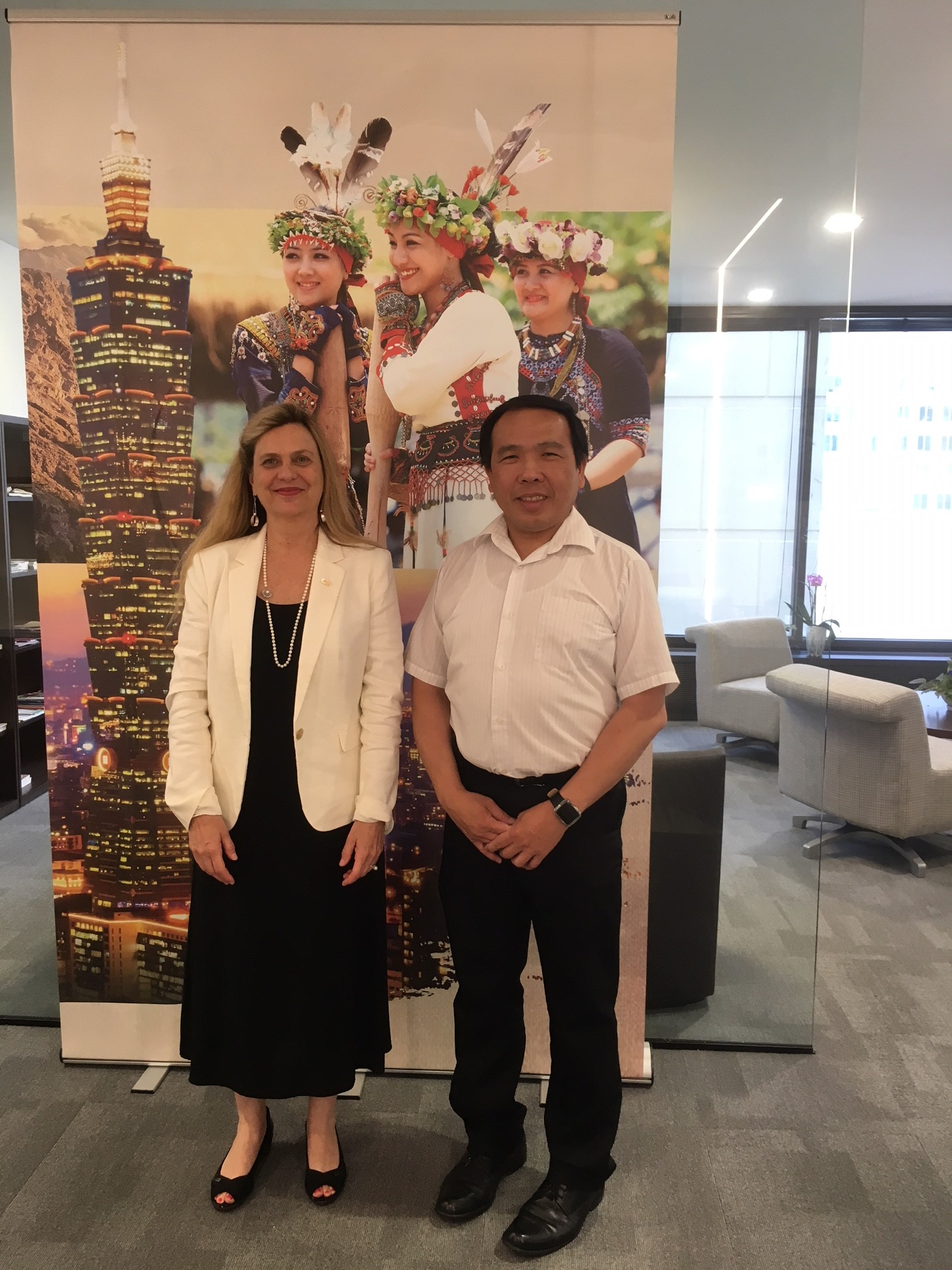 Dr. Karen Wachsmuth, Associate Director of International Fellowships at U of Iowa, visited TECO in Chicago