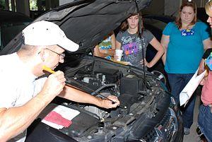 English: Spouses learn basic auto maintenance ...