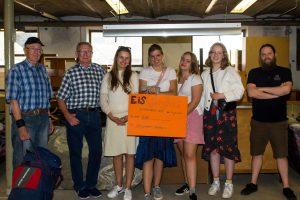Elever, lærer og ØB repræsentanter ved overrækkelse af gavebevis fra Eisbjerghus internationale efterskole.