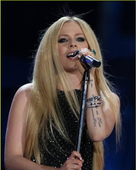 Avril Lavigne Praises Nicki Minaj on 'Dumb Blonde'