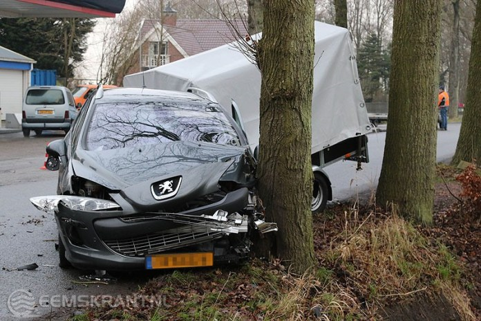 Auto met aanhanger botst op boom na aanrijding in Schildwolde