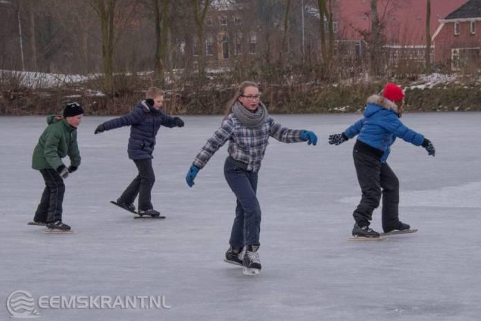 Jong en oud genieten van de geopende ijsbanen