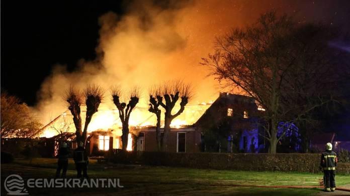 Grote uitslaande brand verwoest boerenschuur in Wagenborgen (video)