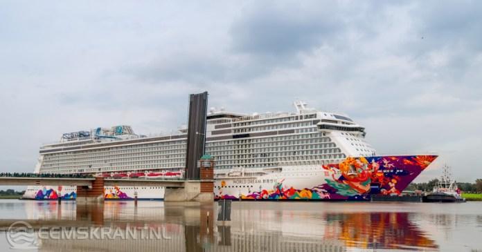 Cruiseschip World Dream aangekomen in de Eemshaven