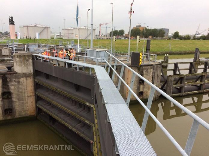 Rijkswaterstaat test met succes sluiting stormvloeddeuren zeesluizen Farmsum