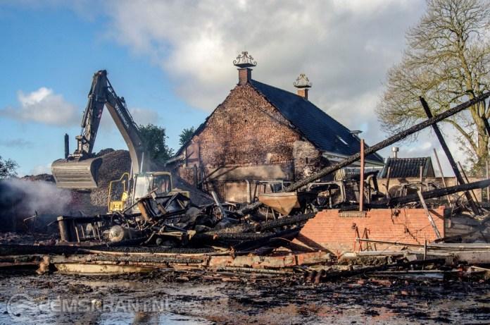 Asbest verspreid door deel Westeremden na grote brand in boerenschuren