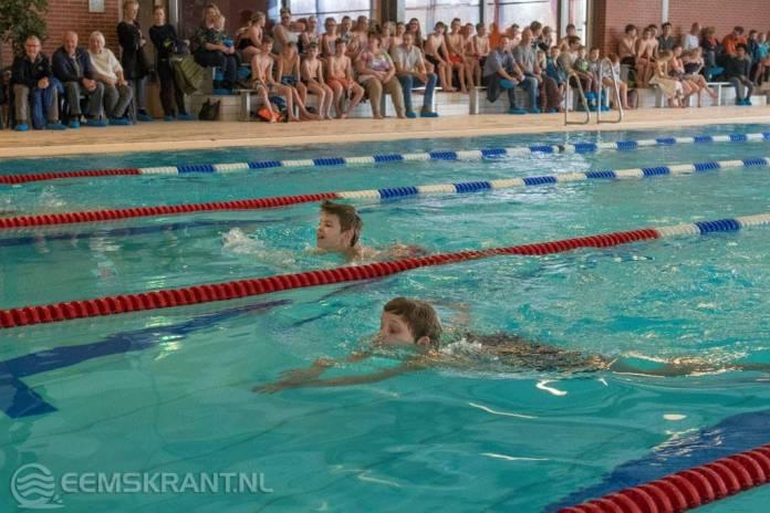 OBS Hiliglo uit Holwierde wint estafette schoolzwemmen