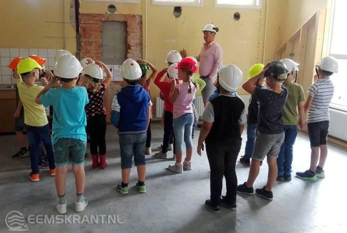 Leerlingen cbs Roemte in Loppersum leggen eerste steen nieuw kindcentrum tijdens project bouwen